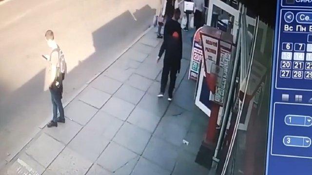 Посеред дня грабіжники вирвали з рук львів'янина 1800 доларів США