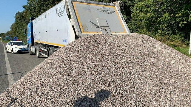 У Гамаліївці водій вантажівки відмовився пройти ваговий контроль і висипав щебінь на дорогу