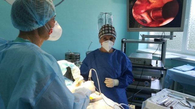 На Львівщині вперше почали проводити ендоскопічні операції на хребті