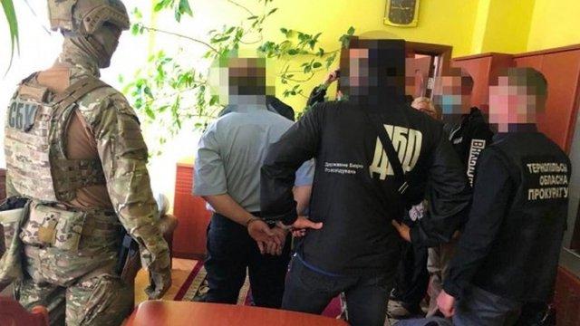 Начальника податкової Тернополя та його сина затримали за вимагання 40 тис. доларів