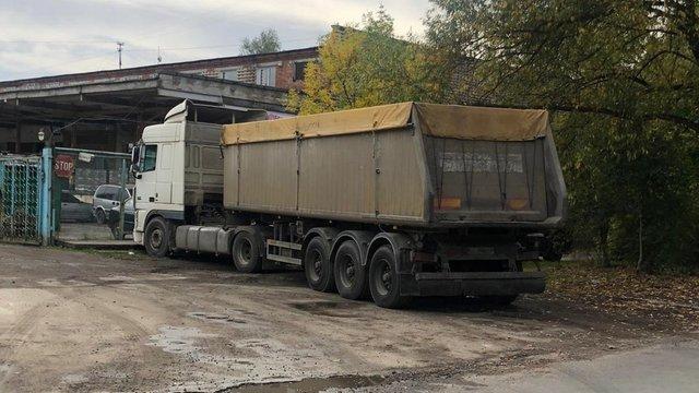 Посадовці двох митних постів на Львівщині організували незаконну схему імпорту вантажівок