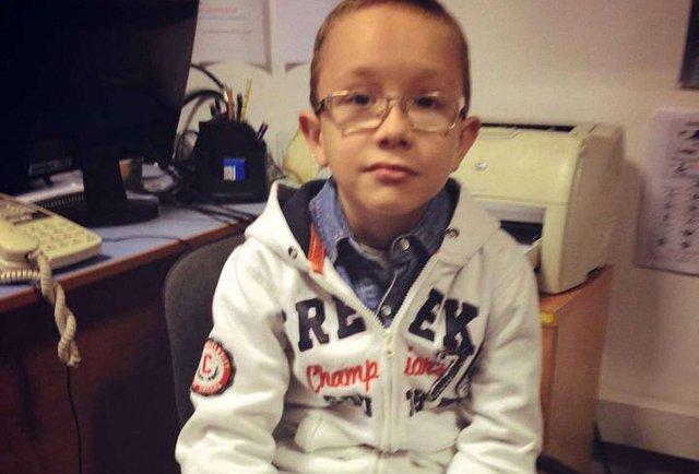 Маленький герой в окулярах