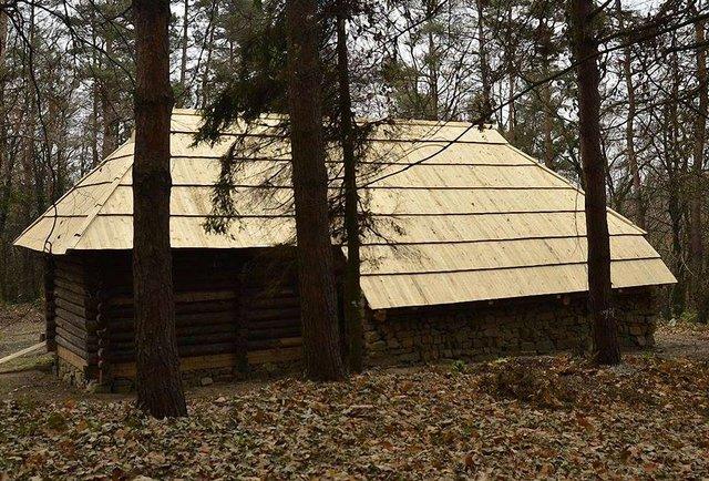 У Шевченківському гаю з'явилася нова гуцульська хатина