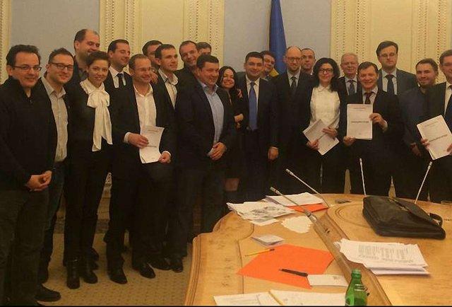 П'ять партій вночі підписали коаліційну угоду