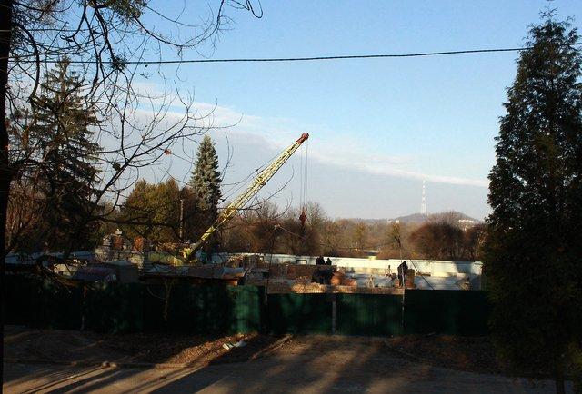 Дружина депутата відновила незаконне будівництво у Парку культури