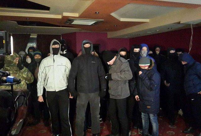 У Києві невідомі в балаклавах розгромили підпільне казино (фото)