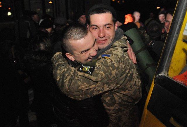 Львів'яни зустріли три сотні десантників із зони АТО