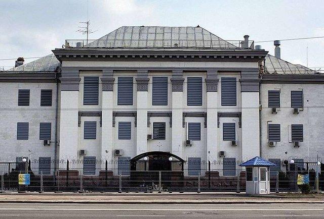Посольство РФ у Києві обгородили додатковим парканом і колючим дротом