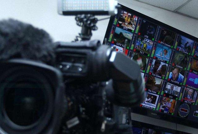 Українські телеканали скорочують мовлення українською