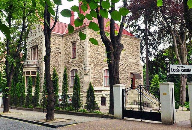 Депутати виселять перший приватний готель Львова