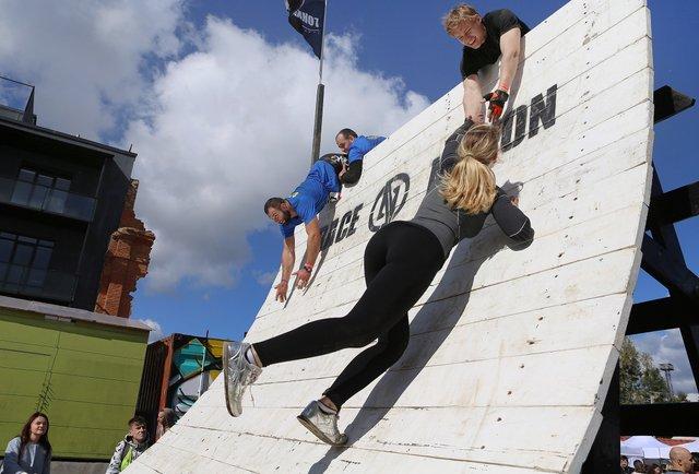 Понад 600 спортсменів пробігли екстремальні 5 км на Race nation у Львові. Фото дня