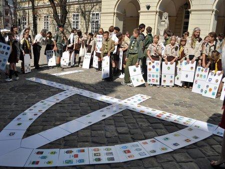 У Львові пластуни склали найбільший в Україні тризуб