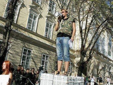 У Львові пройшла акція «Тримай штани! Роздягають!»