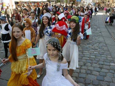 У Львові парадом пройшло понад півтисячі казкових героїв
