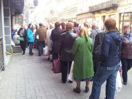 Сила халяви! У Львові вишикувалися за парасольками  (уточнено), фото-2