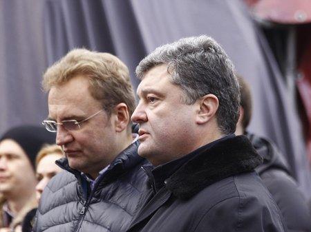 Неуклюжесть этой власти похоронит ее, - Порошенко на Евромайдане в Львове