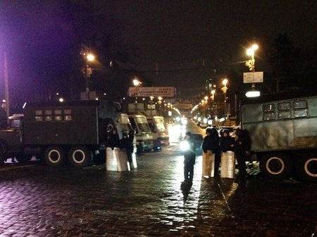 """Майдан окружили автобусами с """"Беркутом"""" (фото)"""