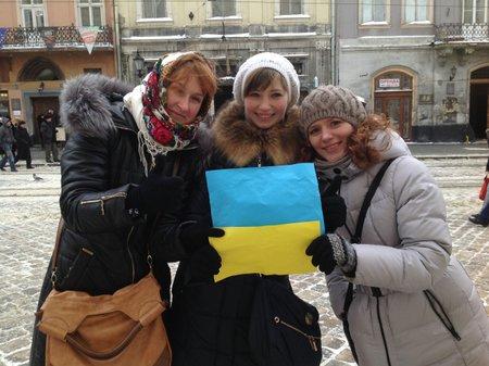 Во Львове сформировали живой флаг на поддержку Востока (фото)