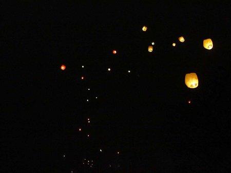 У Львові в небо запустили китайські ліхтарики