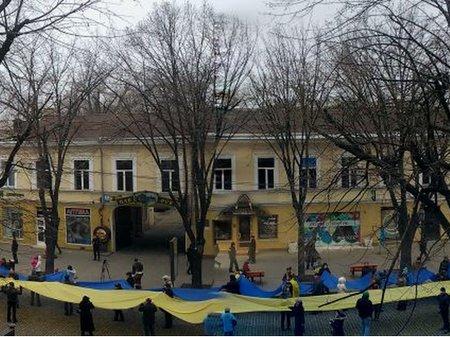 В Одессе развернули 500-метровый флаг Украины