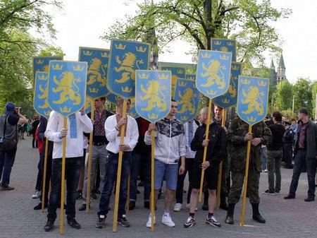 «Парад вишиванок» у Львові пройшов без символіки «Небесної сотні» (відео)