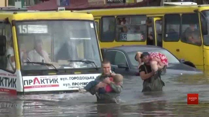 Львівські рятувальники на руках виносили пасажирів з підтоплених маршруток
