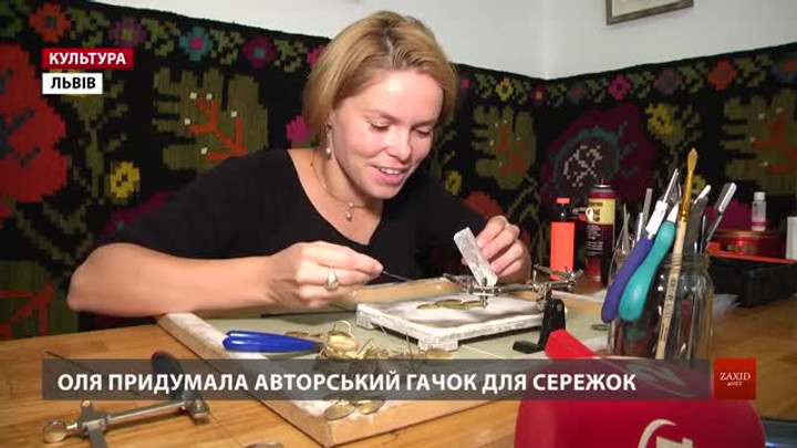 Львівська мисткиня Оля Кравченко малює стилізовані образи на прикрасах