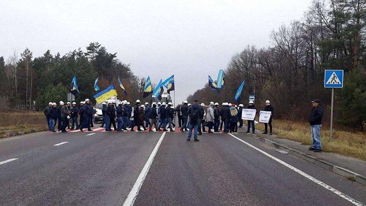 На Львівщині шахтарі перекрили трасу до кордону