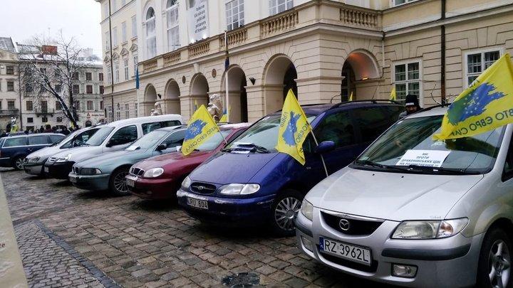 Кількадесят активістів «Авто Євро Сили» розпочали акцію протесту біля львівської мерії