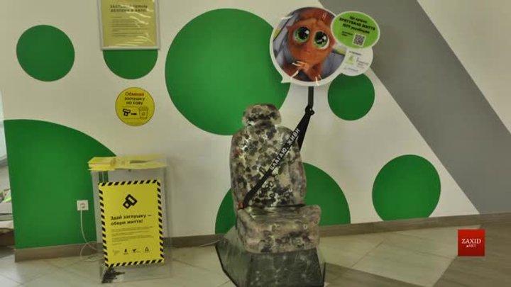 У Львові в сервісному центрі МВС встановили арт-об'єкт, аби нагадати водіям про ремені безпеки