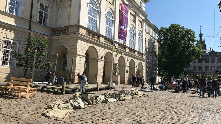 Близько 50 учасників різних громадських угруповань оголосили безстрокову акцію протесту у Львові