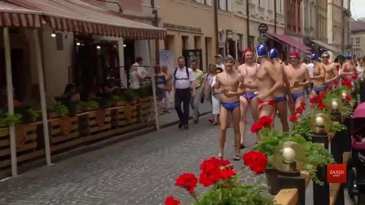 Ватерполісти львівського «Динамо» у плавках роздавали запрошення на фінал Кубка України