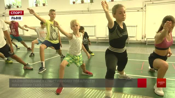 Діти із трьох областей вправляються у тренувальному таборі Львівської академії фехтування