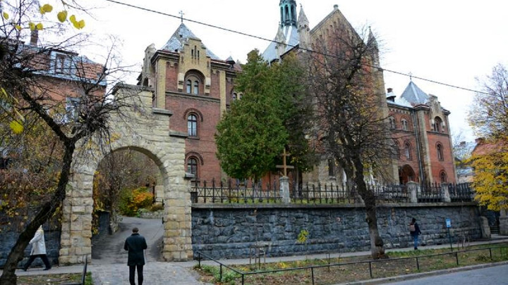 У Львові коштом міста відновлять дах колишнього монастиря францисканок
