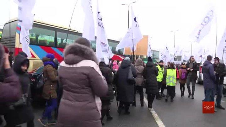 Кілька сотень рівненчан пікетували львівський аеропорт