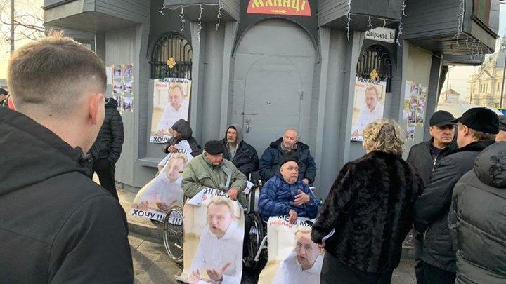 Для протидії знесенню незаконної споруди у Львові її власники вивели на пікет людей у візках