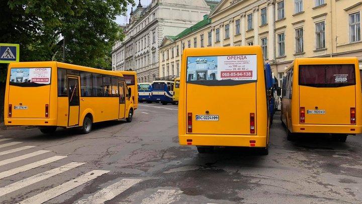 Перевізники пікетують ЛОДА з вимогою відновити пасажирське сполучення